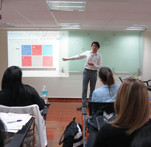 Mira Digital CDMX dando el curso de introducción al marketing digital